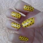 unha decorada com esmalte amarelo