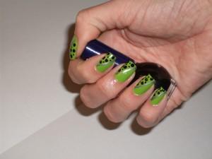 Unha Verde decorada com bolinhas
