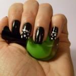 Unha preta com bolinhas