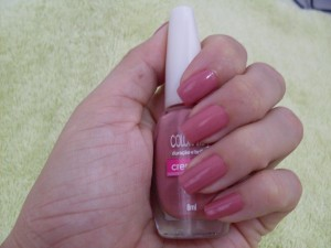 Unha com esmalte rosa